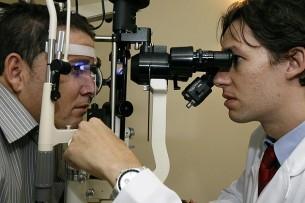 Exame de fundo de olho com aparelho especial