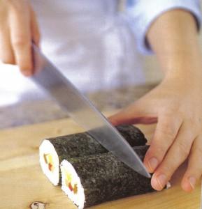 Cortando o rolo de sushi (imagem meramente ilustrativa)