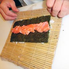 Enrolando o Sushi com o auxílio da esteira