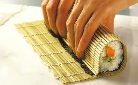 Enrolando o sushi com a esteira